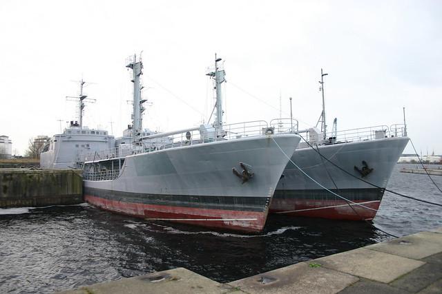 Deutsche Marine: ex Betriebsstofftransporter, klein Klasse 703 FGS A 1424 WALCHENSEE und A 1427 WESTENSEE als Auflieger an der ehemaligen 3. Einfahrt in Wilhelmshaven