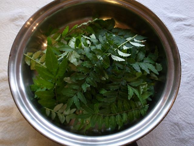 <p>c)乾かした山椒の葉をフライパンで炒ります。(ごく少量の醤油をまぶしました。)</p>