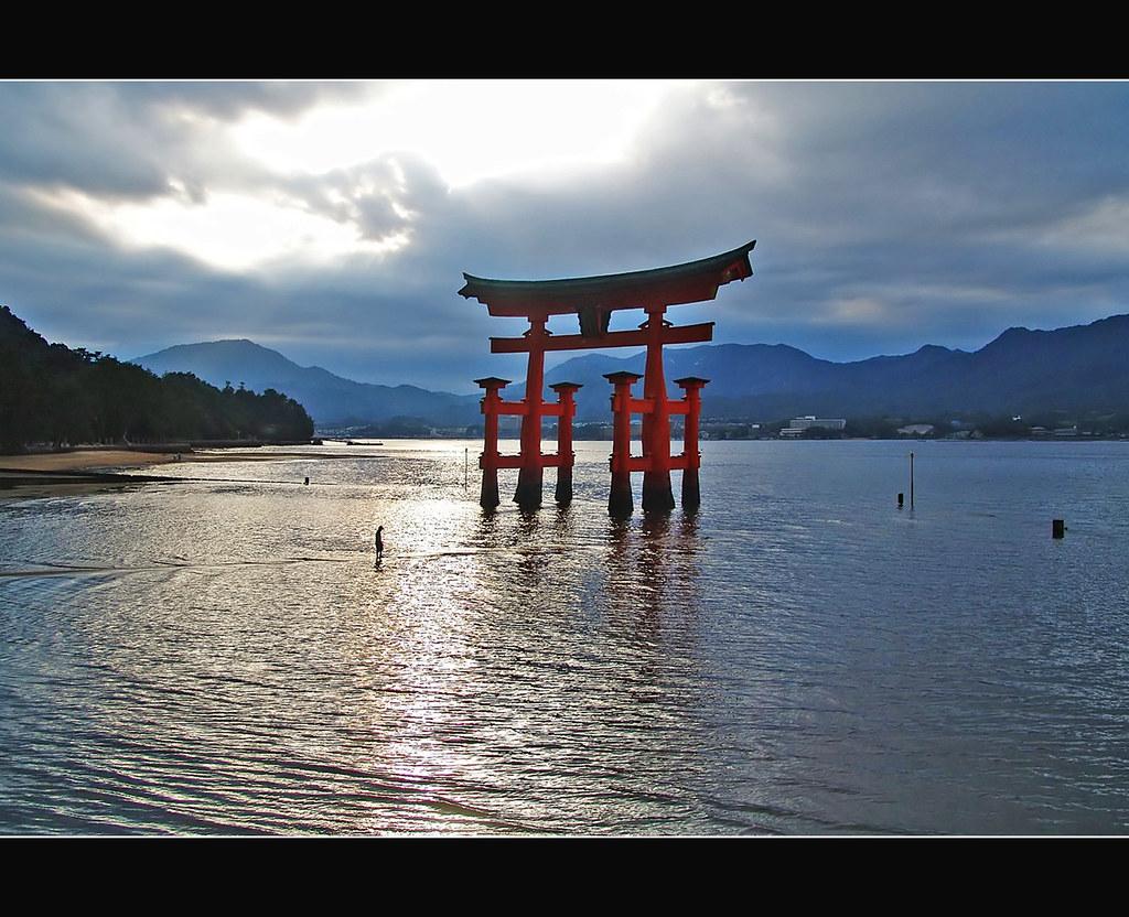 厳島神社・大鳥居 The man and the Torii