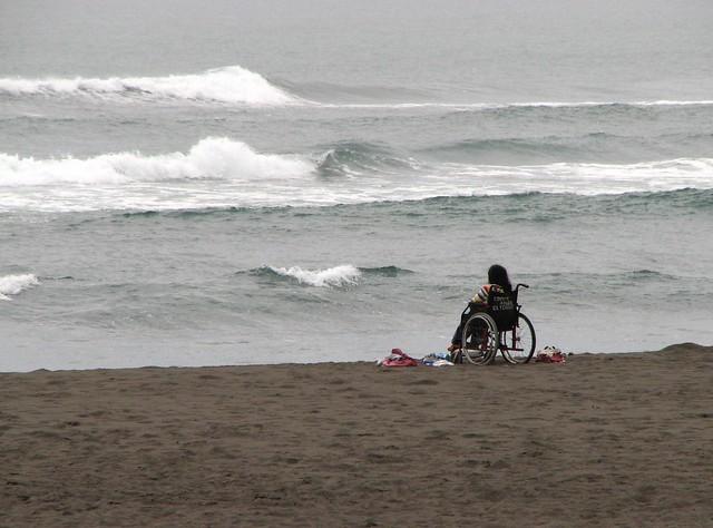 Niña frente al mar