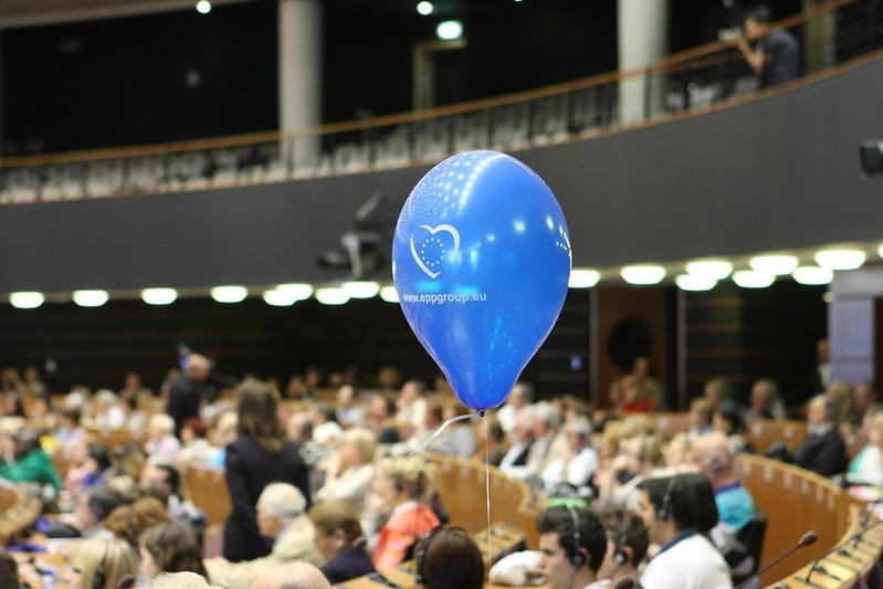 Luftballon mit EVP-Logo im Plenarsaal des Europäischen Parlaments