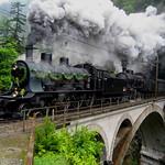 XXXX Reise durch die Schweiz : Dampfzug mit SBB Dampflokomotive A 3/5 + C 5/6 auf der oberen Meienreussbrücke bei Wassen im Kanton Uri in der Schweiz