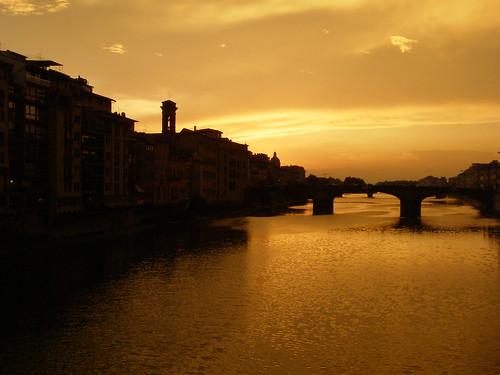 bridge sunset italy water night river amber florence italia cloudy most tuscany firenze arno toscana zachód zachod rzeka włochy wlochy toskania florencja bursztynowy