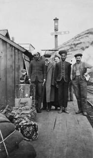Group, including immigrants from India, at the Canadian Pacific Railway station, Frank, Alberta / Groupe de personnes comprenant des immigrants de l'Inde, gare du Chemin de fer Canadien Pacifique, Frank (Alberta)
