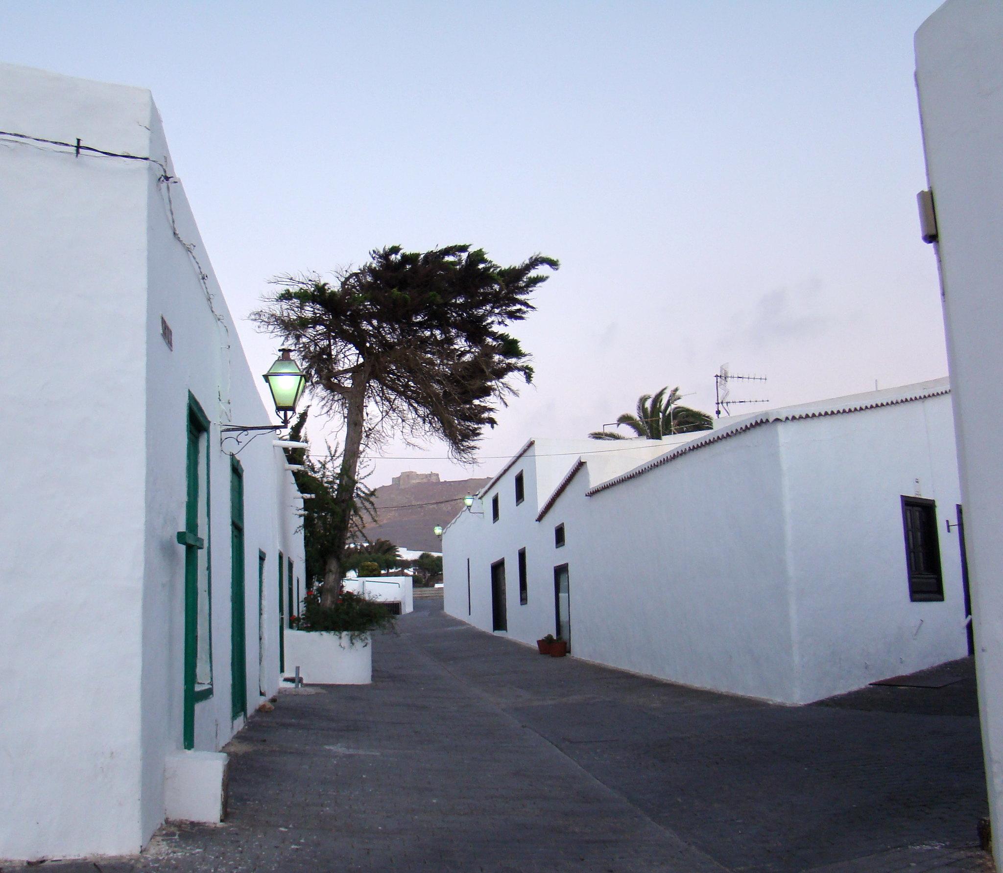 calle Villa de Teguise y vista del Castillo de Santa Barbara Lanzarote