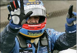 Alonso levanta seis dedos