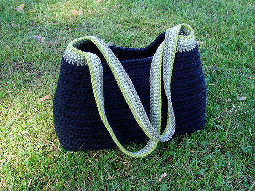 laukku nurmikolla