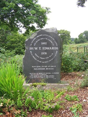 Cofeb Huw T. Edwards, Y Ro Wen