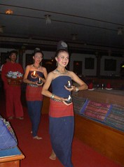 Dancers_@_Thai_dance_theatre,_Chiang_Mai