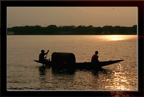 sunset silhouette glitter golden boat sparkle canon50mmf18 canoneosdigitalrebelxt ganges boatmen naturesfinest supershot aplusphoto diamondclassphotographer flickrdiamond superhearts