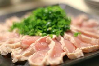 鶏刺し sashimi; fresh slices of raw chicken | by mio-spr