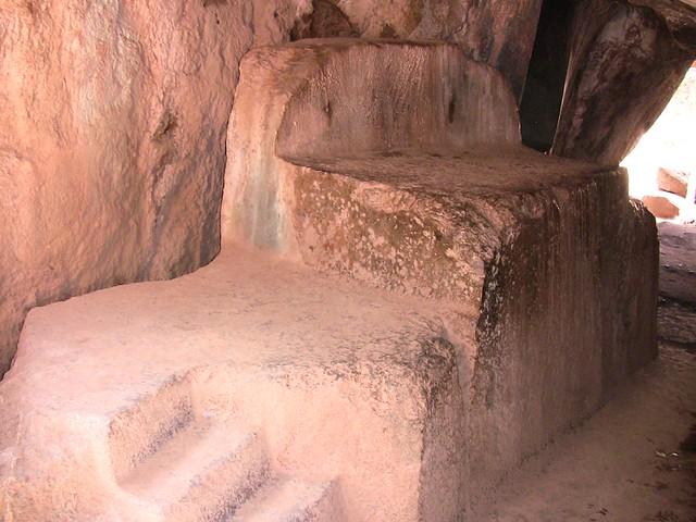 Peru-Cusco - Kenko - Inka-Heiligtum der Erdgöttin Pachamama - Opfer-Altar im Innern