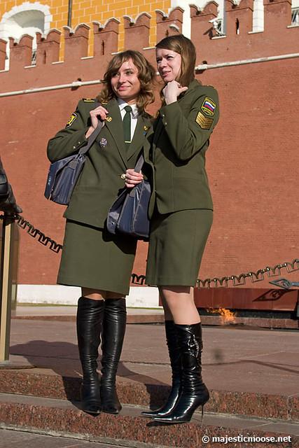 смотреть у девушек в военной форме под юбкой раз топовых