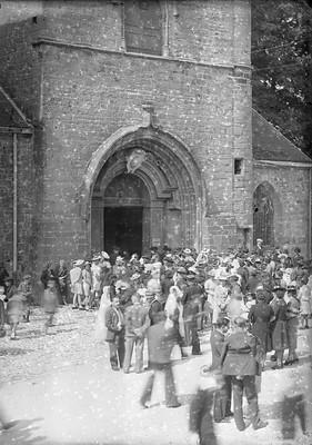 Le parvis de l'église d'Orgelet à la sortie d'une célébration