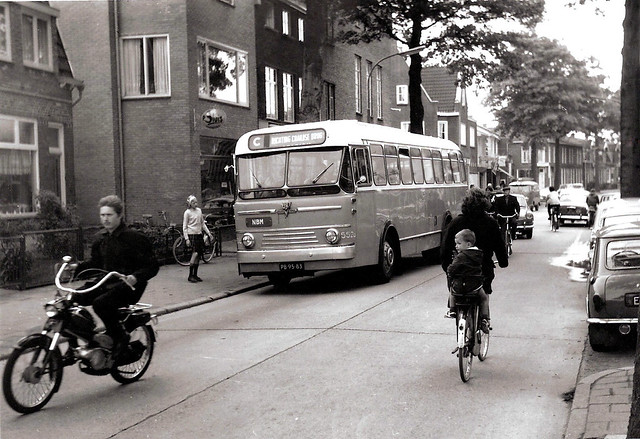 Een gehuurde NZH-bus op de Hilvertsweg te Hilversum