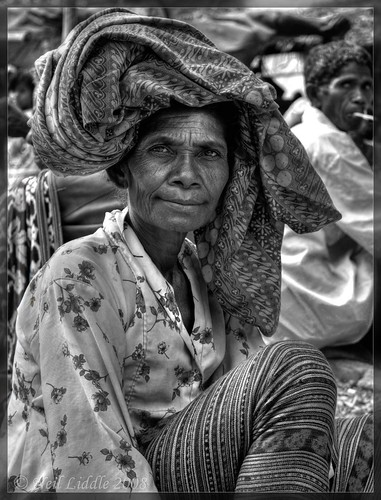 portrait bw lady market hdr ikat easttimor oecussi photomatix rtwoverland