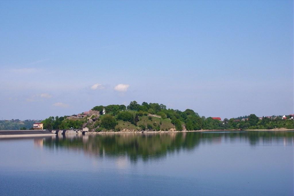 Miasto nad jeziorem / Lakeside town