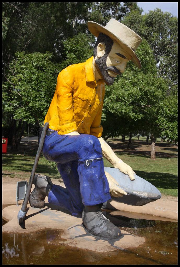 Bathurst Gold Panner Monument-2=