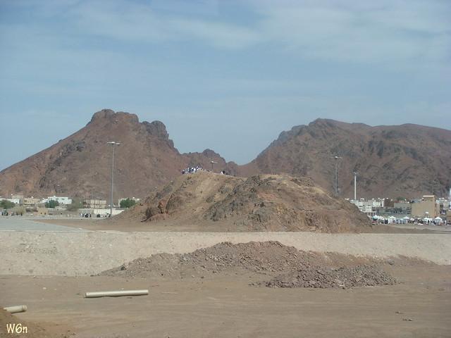 جبل أحد جبل أحد في الخلف جبل الرماة الصغير اللي عليه ناس وطن Flickr