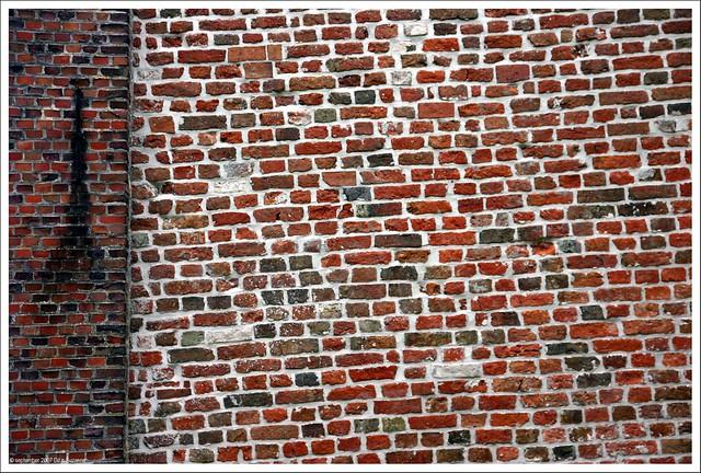 Not so straight wall   Niet zo rechte muur