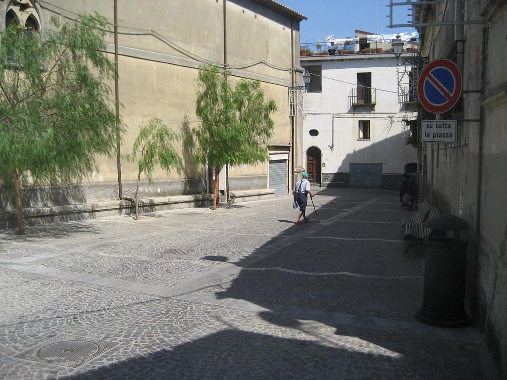 Piazza con anziano a  Camini