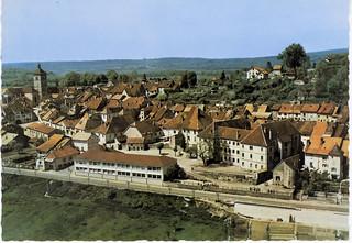 Au premier plan, le couvent des Bernardines et les bâtiments modernes du collège d'Orgelet