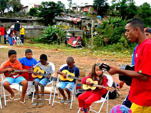 Bruno com seus alunos na comunidade, Sítio Joaninha
