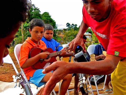 Bruno ajuda um aluno enquanto os outros observam.