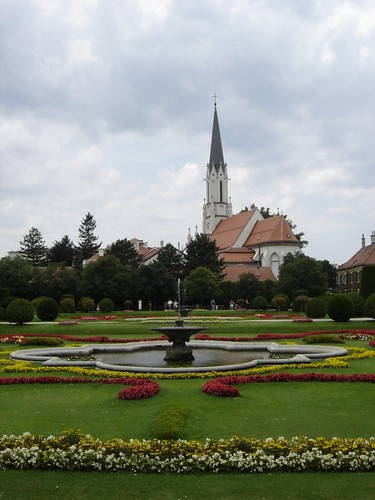 Jardín e iglesia