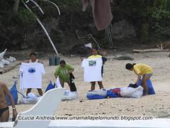 Vendedoras de camiseta na praia de Apo