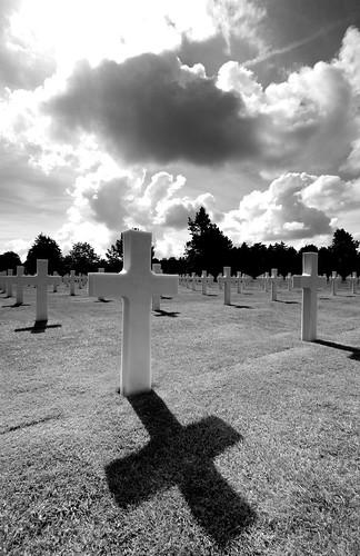 croix sur une tombe au cimetière militaire américain de Colleville sur Mer
