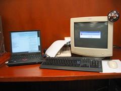 Escritorio en el trabajo, Laptop con Debian y PC con Windows