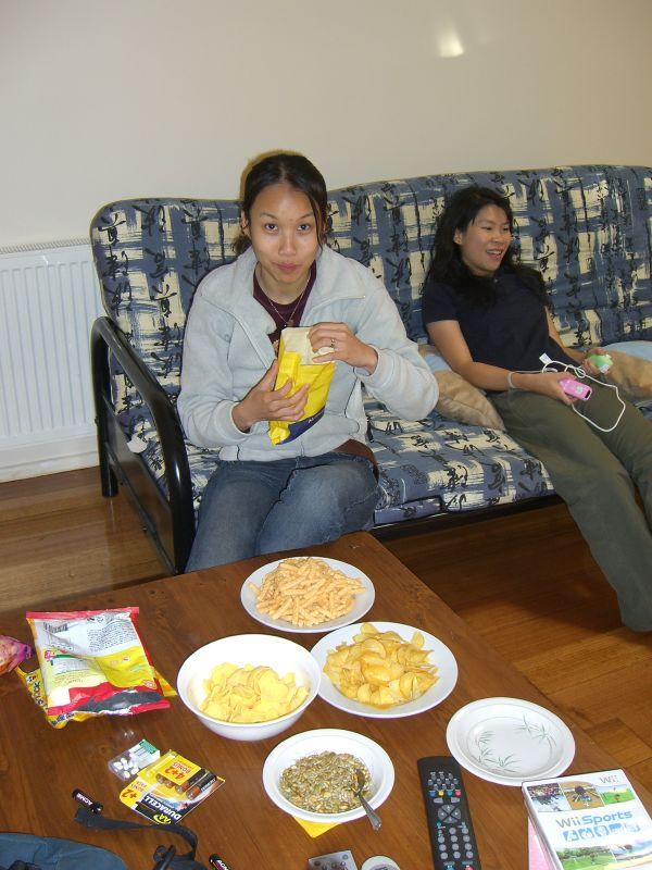 femme avec un paquet de chips dans les mains sur le canapé