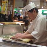 P1020224 Tsukiji - sushi chef at work