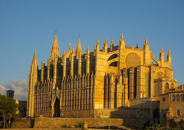 La catedral a la sortida de sol / The cathedral at dawn