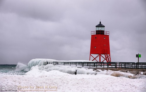 charlevoix michigan southpier lakemichigan hdr pseudohdr tonemapped tonemapping febuary 2017 winter snow ice water outdoor lighthouse red juannonly