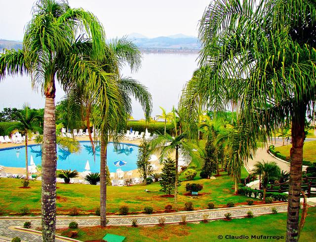 Agua, palmeras, montañas, calor, Moji das Cruzes, Sp, Brasil. / Water, palms, mountains, heat. Moji das Cruzes, SP, Brazil