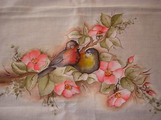 Dois pássaros e flores.