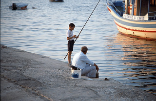 angelnder Junge