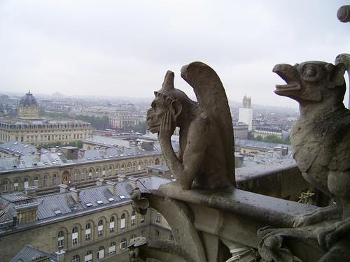 Gárgola contemplando París | by Raúl Urbina