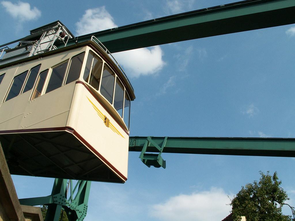 Die Schwebebahn Dresden ist eine Einschienenbahn beziehungsweise Einschienenhängebahn. Die Bezeichnung Schwebebahn ist technisch nicht ganz treffend, weil im Gegensatz zu einer Magnetschwebebahn ein ständiger Kontakt zwischen Fahrweg und Fahrzeug besteht. Neben der benachbarten Standseilbahn Dresden ist die Schwebebahn eine der beiden Dresdner Bergbahnen 185