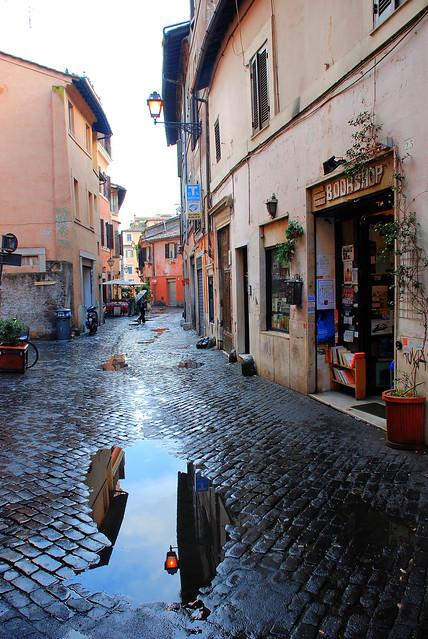 Roma. Calle del Trastévere tras la lluvia.