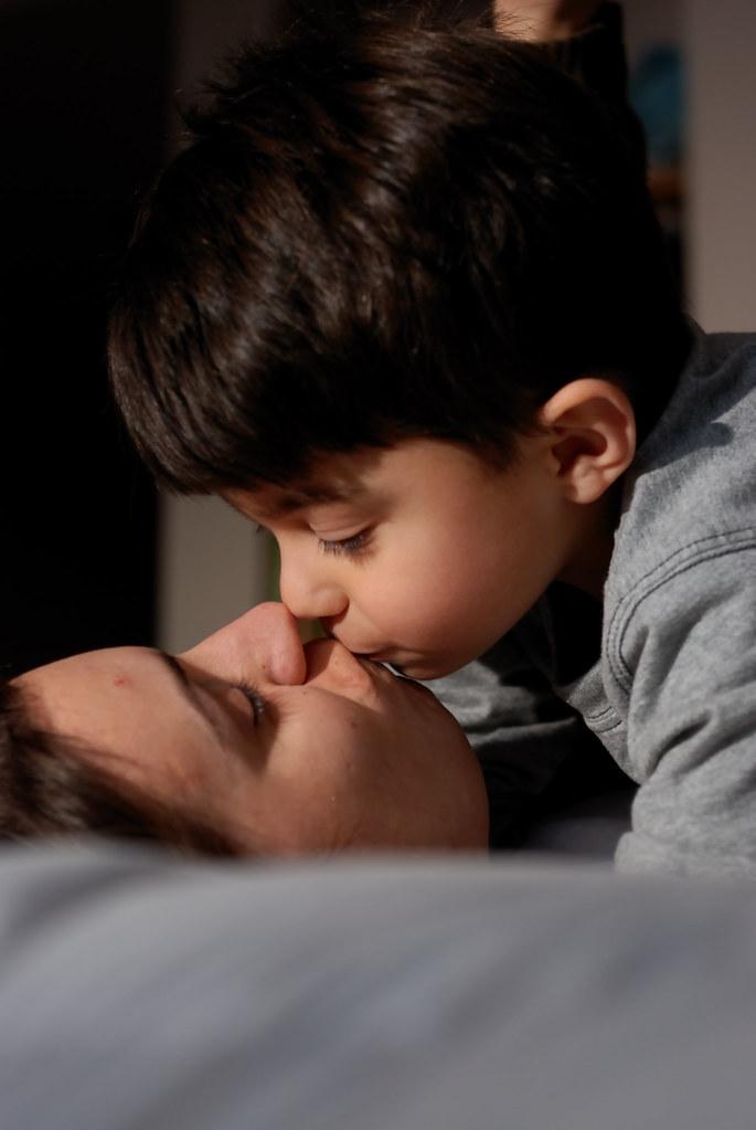 petit garçon qui embrasse sa maman