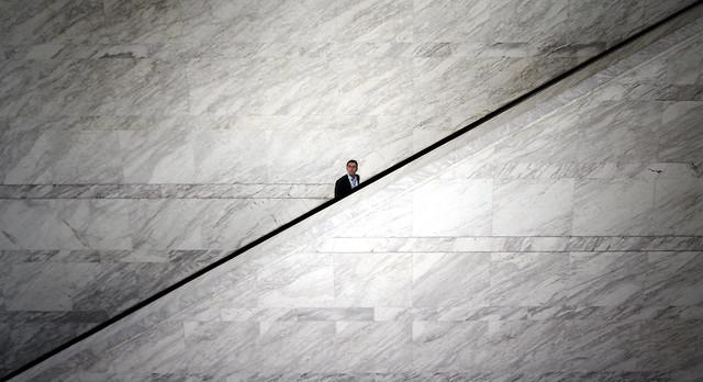 hombre subiendo por escalera. cuanto invertir para mejorar. innovación.