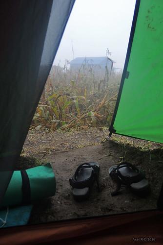 brouillard champs leblu nepal préci salyan solukhumbu tente sandales village