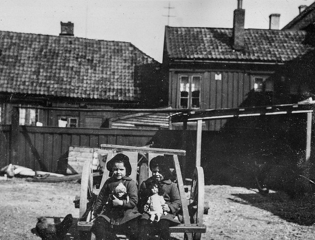PEM-THO-00136 To små jenter i bakgård
