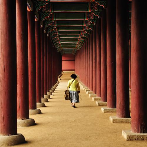travel red people digital geotagged nikon asia pillar korea symmetry explore seoul column gyeongbokgung d300 nikoncapturenx2 christian_senger:year=2009