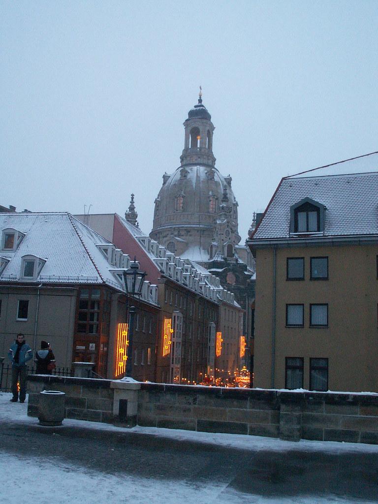 Der Winter freud- und leidenschwer, dein Kichern tanzt darüber her den fahlen Elfenreigen, und zuckt die Flamme übers Haus, wie sinkt das All in Nacht und Graus, der Himmelslichter Glanz verblich, die Stürme heulen fürchterlich, es schmettern die Posaunen durch Dresden  2005-046