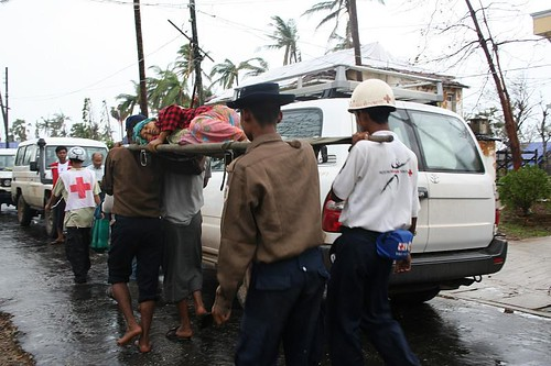 Transport of an injured woman in Bogalay (Myanmar) | by IFRC