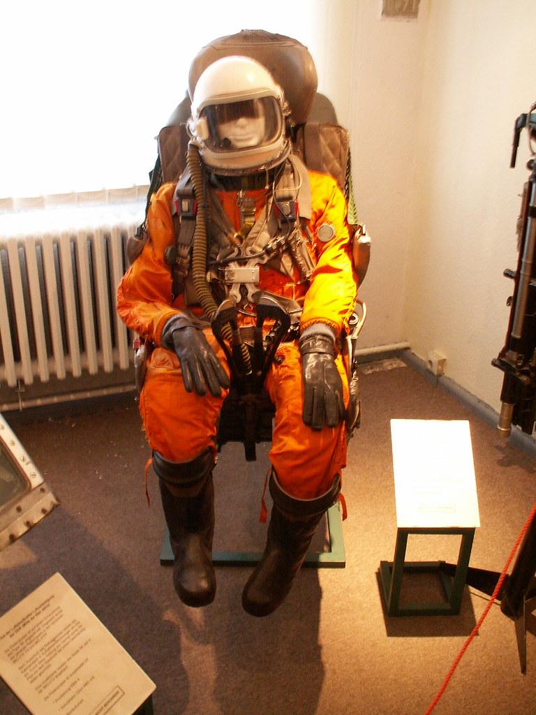 Druckanzug  für Pilot mit Pilotenhelm vom Typ GSch-6LP für größere Höhen. Bei der NVA und der GSSD, sowjetische Westgruppe der Truppen wurde er überwiegend in der MiG-29 verwendet, Flugplatz Cottbus-229